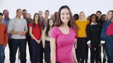 Multi-etnische mensen staan samen — Stockvideo