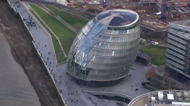 Aerial view above London's City Hall located by the side the River Thames — Stock Video