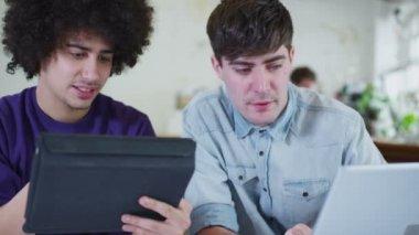Alunos do sexo masculino jovens trabalhando em conjunto com a tecnologia — Vídeo stock