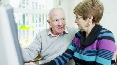 пожилая пара просматриваете интернет вместе — Стоковое видео