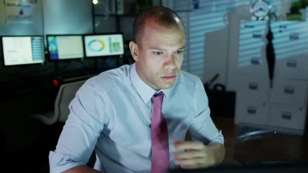 Homme d'affaires travaillant tard semble fatigué et mal à l'aise car il desserre sa cravate — Vidéo