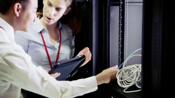 Equipo de personas que trabajan en el centro de datos — Vídeo de stock