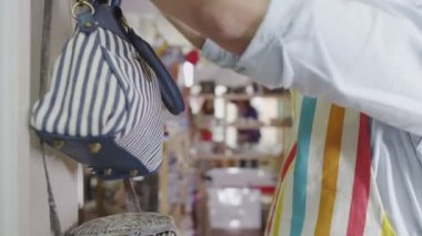 Commerçant participe à la marchandise en magasin — Vidéo