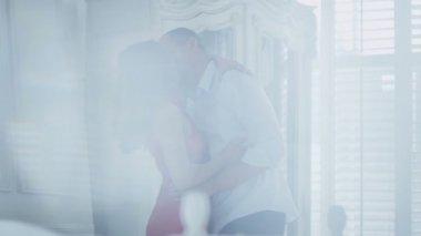 スタイリッシュなアパートメントのカップル ダンス — ストックビデオ