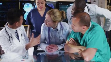 Group of colleagues in a medical meeting discuss a patient's x ray results — Stock Video