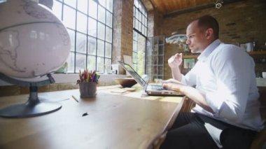 Uomo lavorando sul portatile — Video Stock