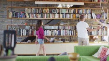 Couple receive surprise visit from parents — Stock Video