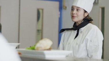 Chef feminino feliz no trabalho — Vídeo stock