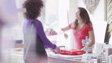 Ukládat asistent přijímá platby od zákazníka — Stock video