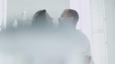 смешанной расы пара в кухне — Стоковое видео