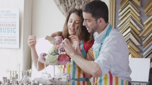 Asistentes de ventas flirteando mutuamente — Vídeo de stock