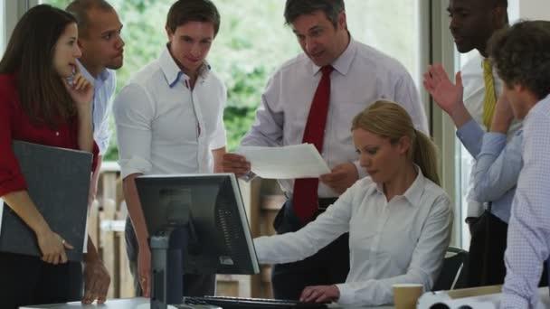 Equipo de negocios están reunidos — Vídeo de stock