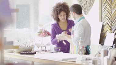 Sales assistants chat together — Stock Video