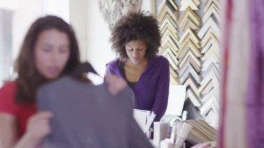 Businesswoman standing behind counter — Vídeo de stock