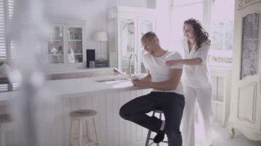 Paar ontspannen en genieten van vroege ochtend — Stockvideo