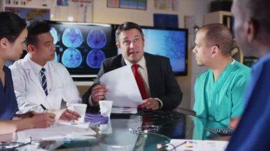 Zróżnicowaną grupę lekarzy w spotkaniu z naczelnego szpitala — Wideo stockowe