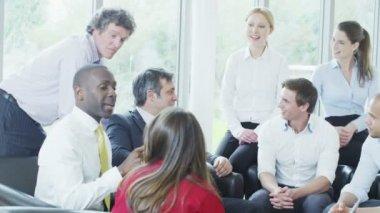 Бизнес-команда, сидя в удобных креслах — Стоковое видео