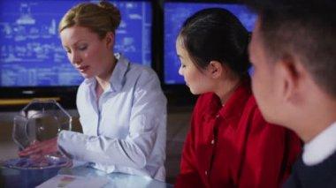 Atraente feminino arquiteto ou engenheiro em uma reunião de negócios — Vídeo stock