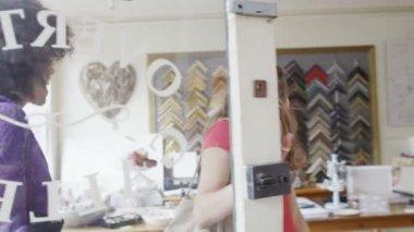 Women enter small boutique shop — Vídeo de stock