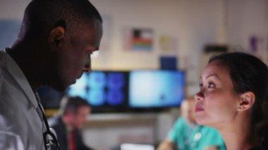 Gemengde etniciteit groep van medische professionals in een vergadering zijn op zoek naar een patiënt x stralen en bespreken het geval — Stockvideo
