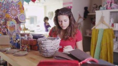 Женщина Шоппинг в магазин бутик — Стоковое видео