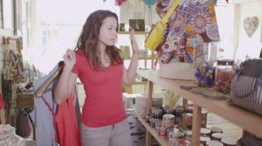 Women are shopping for clothes — Vídeo de stock