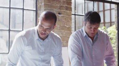 Gruppo aziendale lavorando sul progetto — Video Stock