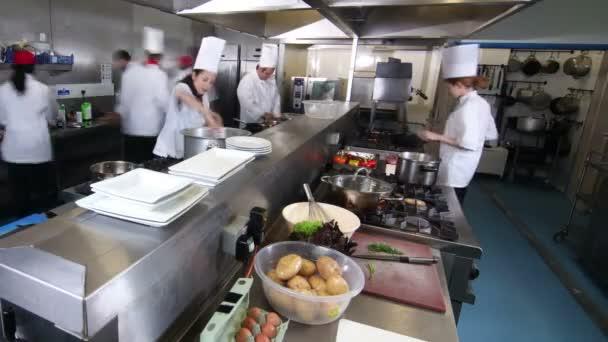 Equipo de chefs profesionales trabajando juntos en una for Equipo para chef