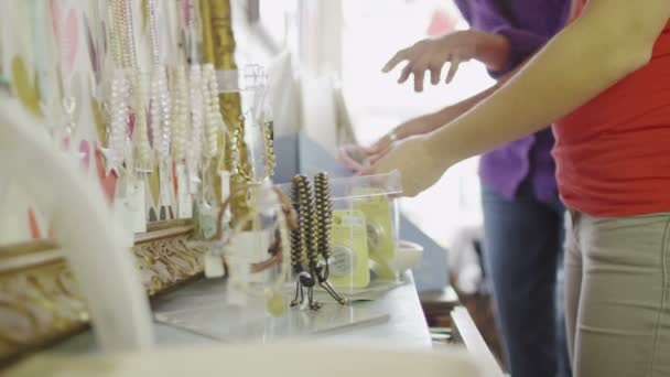 Las mujeres son compras juntas — Vídeo de stock