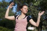Jeune femme de faire des exercices d'yoga — Photo