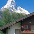 House against the mountain Matterhorn — Stock Photo