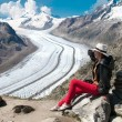 Woman looks at ice aletsch — Stock fotografie