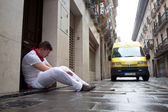 PAMPLONA, SPAIN -JULY 8:An unidentified man sleeps on the street — Stock Photo