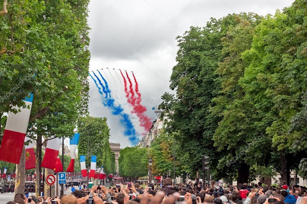 Patrouille de France  Depositphotos_25789909-stock-photo-paris-july-14-are-watching