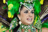 RIO DE JANEIRO - FEBRUARY 10: A woman in costume dancing on carn — Stockfoto