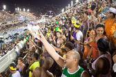 RIO DE JANEIRO - FEBRUARY 10: Spectators welcome participants on — Stock Photo