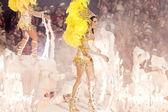 рио-де-жанейро - 11 февраля: женщина в костюме, танцы на карн — Стоковое фото
