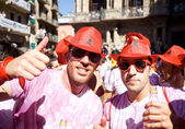 PAMPLONA, SPAIN - JULY 6: Two men in red hats are posing at open — Stock Photo