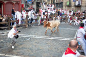 PAMPLONA, SPAIN - JULY 8: Bull runs at photographer at San Fermi — Stock Photo