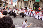 PAMPLONA, SPAIN-JULY 9: Bulls and people are running in street d — 图库照片