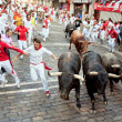 PAMPLONA, SPAIN -JULY 14: Unidentified men run from bulls in str — Stok Fotoğraf #36484591