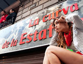 PAMPLONA, SPAIN-JULY 14: The girl next to poster on street Estaf — Stock Photo