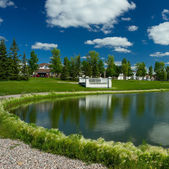 Beautiful pond in expensive neighborhood — Stock Photo