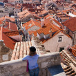 Tourist looking over the roofs in Dubrovnik old town — Stock Photo