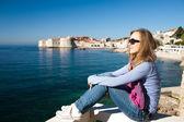 Kvinna sitter på piren på Adriatiska havet, Europa — Stockfoto