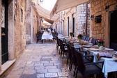 Calle restaurante en el corazón del casco antiguo de dubrovnik, europa — Foto de Stock