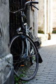 Old bicycle standing on the street in the city — Stock fotografie
