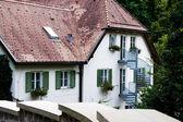 Casa blanca con persianas verdes en las empinadas escaleras — Foto de Stock