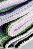вязание полосатый ковер с белый, пурпурный, зеленый и розовый в полоску — Стоковое фото