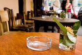 Tabela z wazonu w kawiarni na świeżym powietrzu, w kraków, polska, europa. — Zdjęcie stockowe
